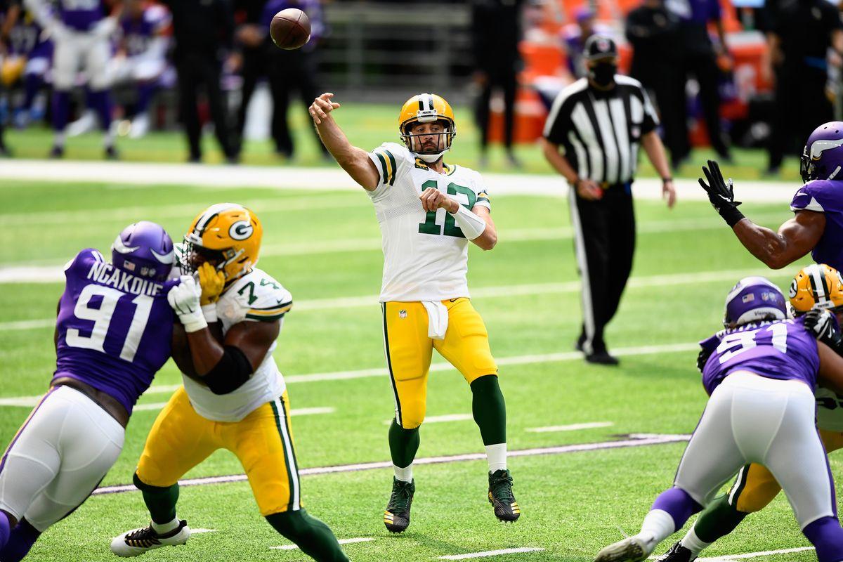 Aaron Rodgers (Green Bay Packers) gooit een pass tegen de Minnesota Vikings