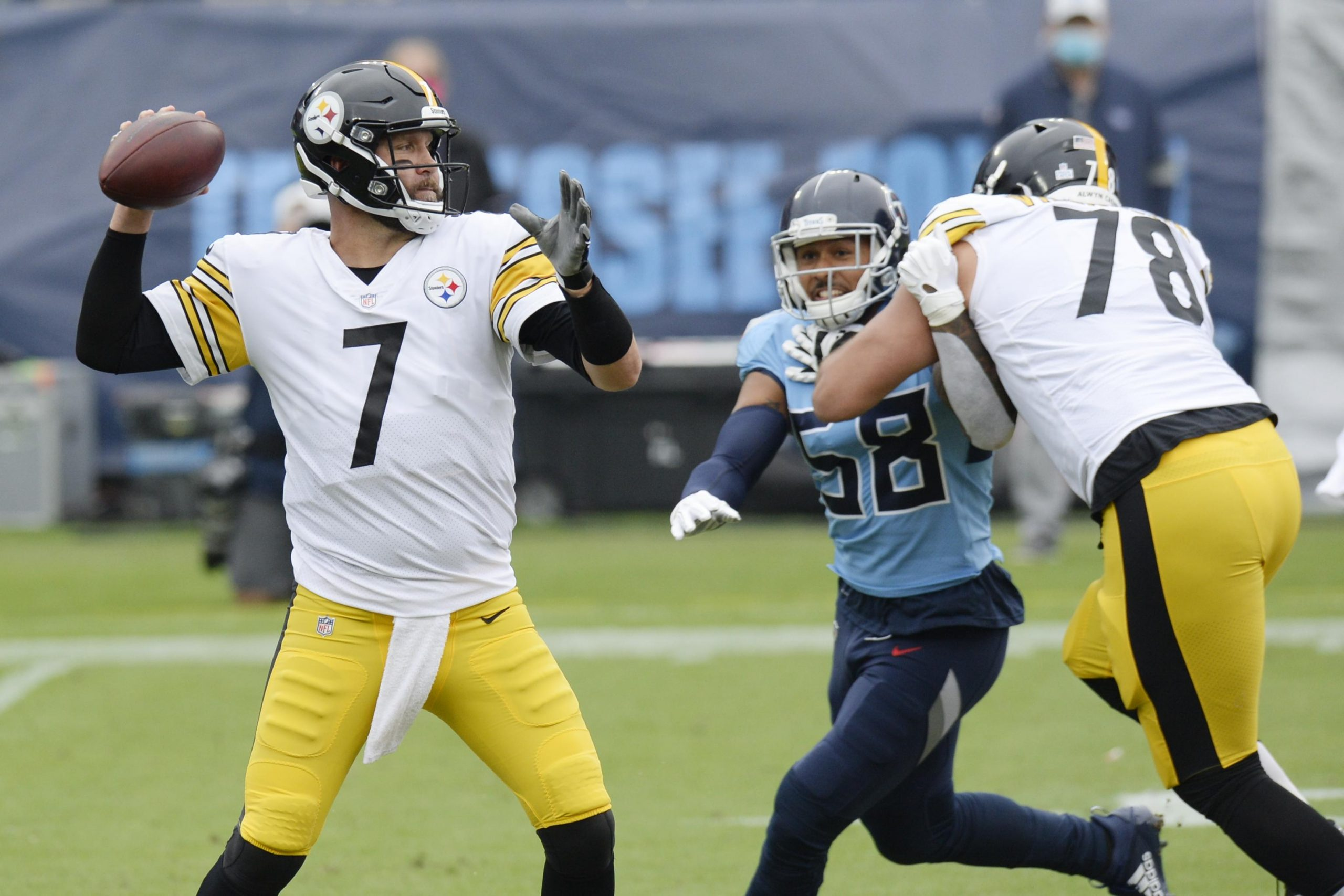 Steelers quarterback Ben Roethlisberger tegen de Titans